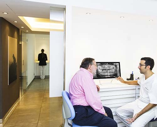 Dentista y paciente en la clínica dental en Palma