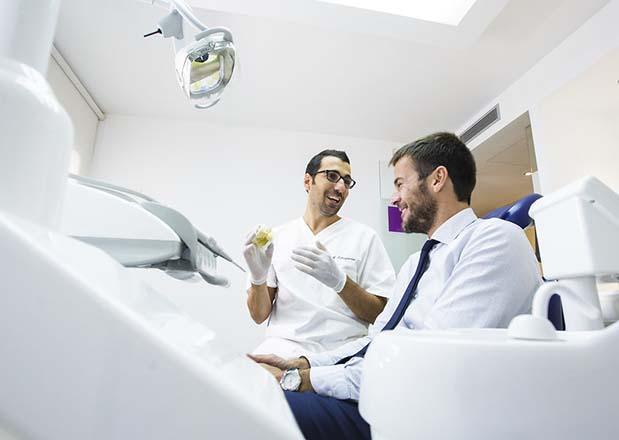 Paciente y dentista de la Clínica Dental en Mallorca