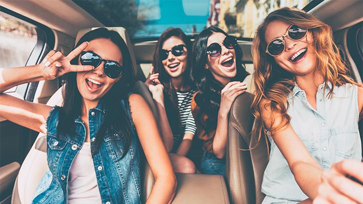 Chicas en palma felices porque tienen una salud bucodental sana