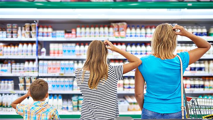 Familia eligiendo alimentos en supermercado según las recomendaciones del dentista