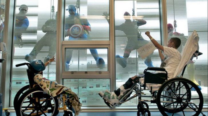 Profesionales de la limpieza acuden disfrazados de super heroes a su trabajo en una clínica