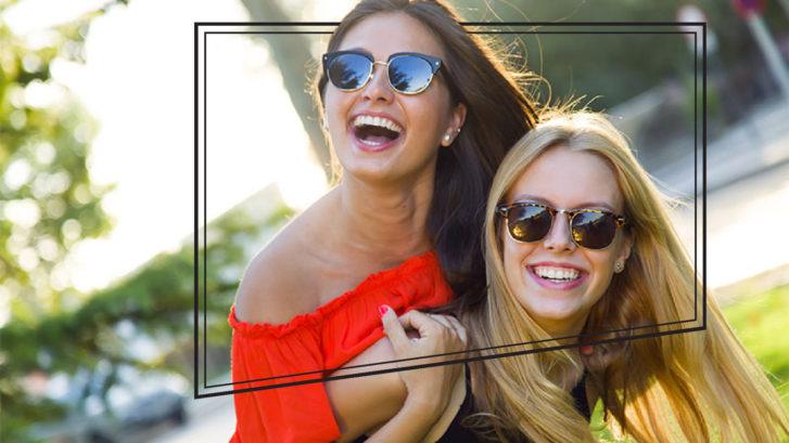Dos chicas con una sonrisa deslumbrante