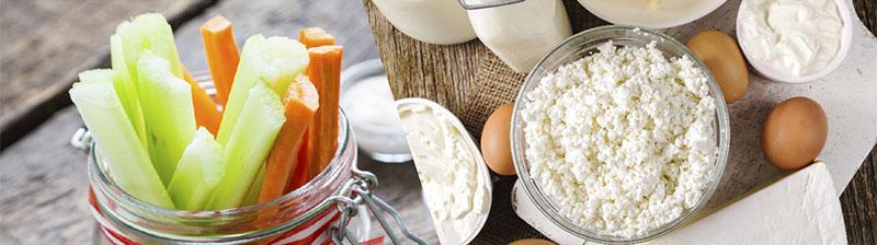 Zanahoria y apio cortado en barritas y productos lacteos