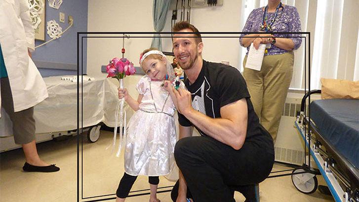 Enfermero se casa de forma simbólica con niña con leucemia